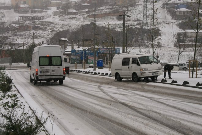 ozel-haber-buz-pistine-donen-yolda-araclar-adeta-dans-etti-IHA-20131211AW000420-2-t